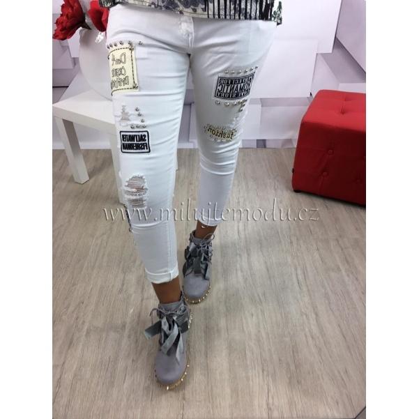 Bílé džíny s nášivkami