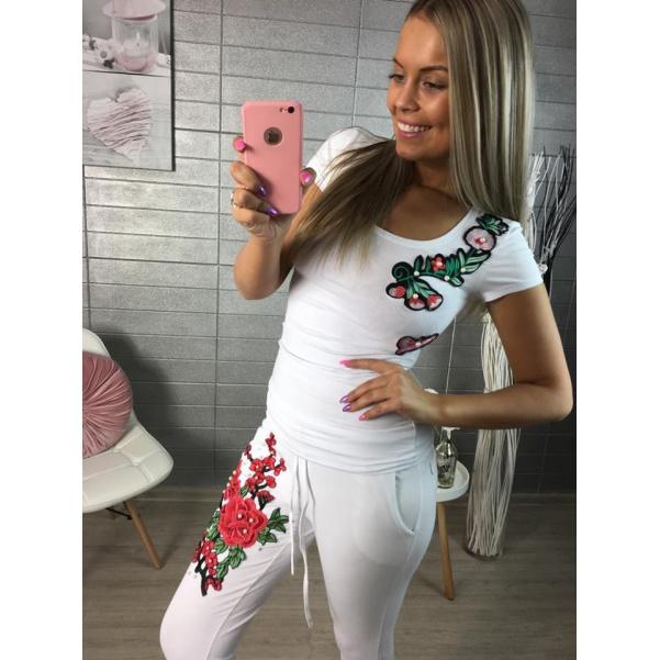 Bílé triko s květinkami