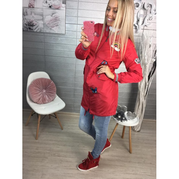 Červená jarní bunda s nášivkami