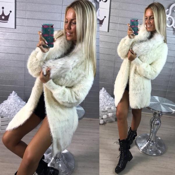 Bílý luxusní svetřík s bohatým kožíškem