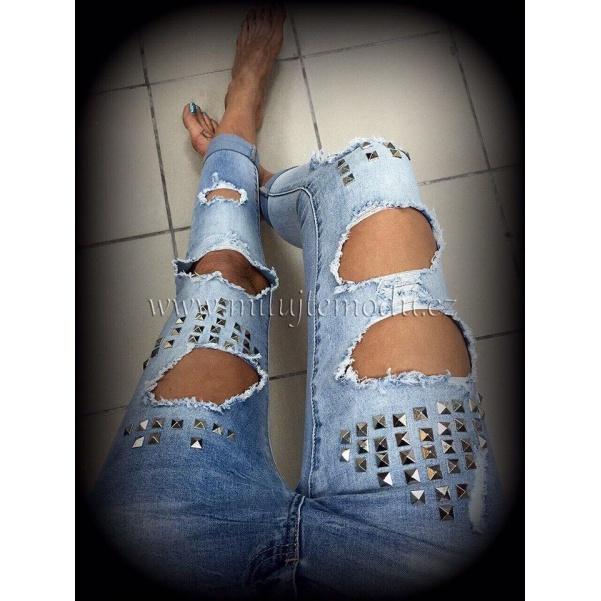 Děrované džíny s doplňky