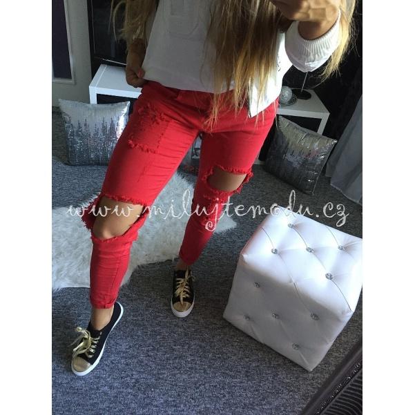 Červené džíny s trháním