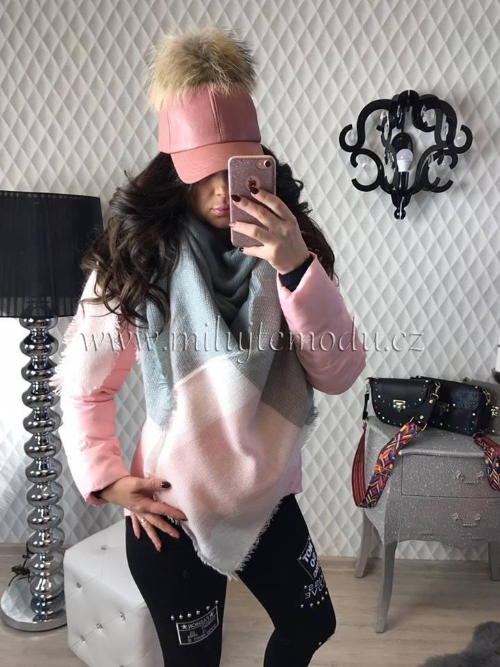 Světle růžový šátek