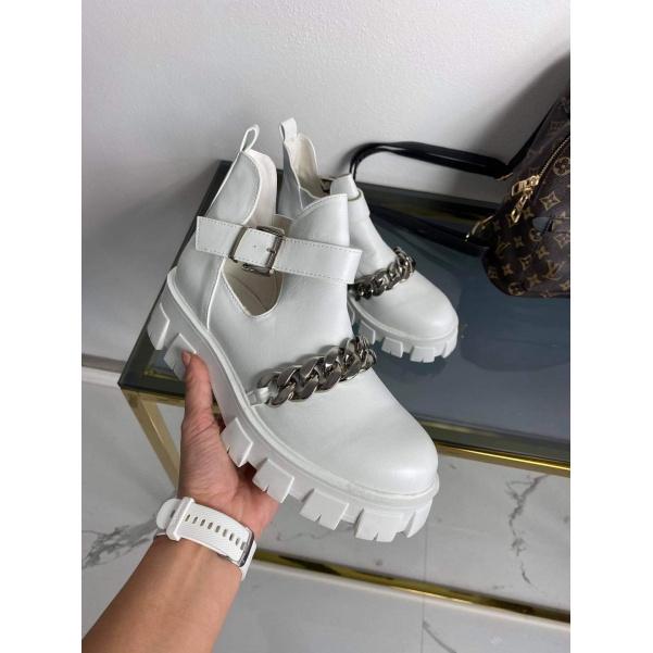 Bílé boty s řetízkem