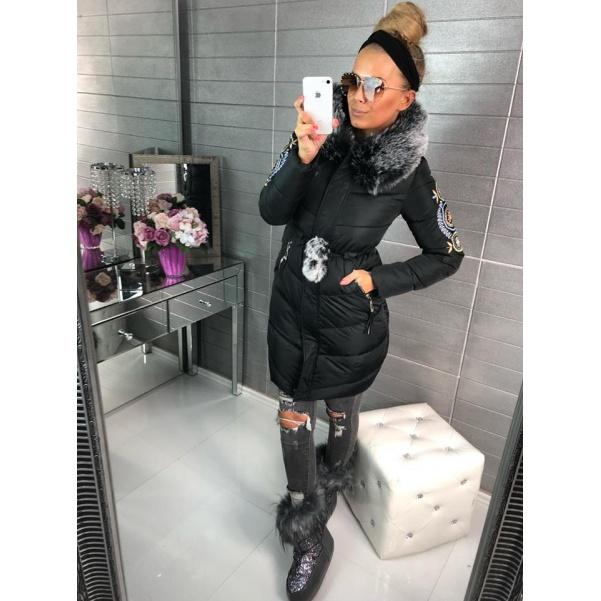 Krásná zimní bunda s bohatým kožíškem a nášivkou na rukávech - černá