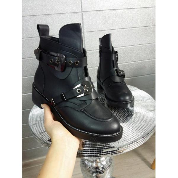 Black botičky se sponou