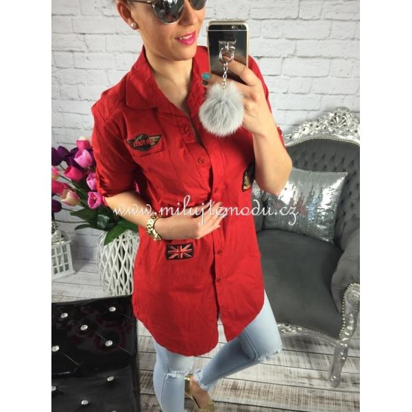 Červená košile s nášivkami