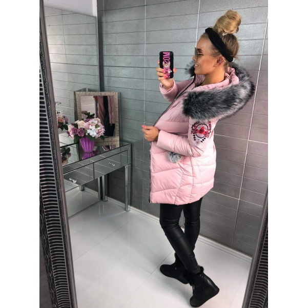 Krásná zimní bundička s nášivkami a bohatým kožíškem