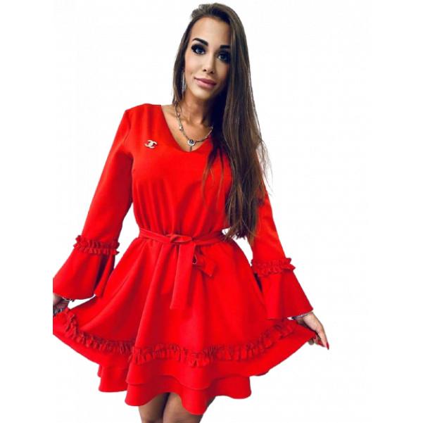 Krásné červené šaty s páskem a ozdobou