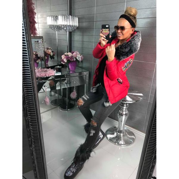 Luxusní červená bundička s nášivkama a bohatým kožíškem