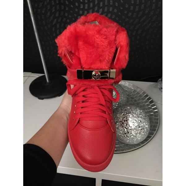 Luxusní červené tenisky s kožichem