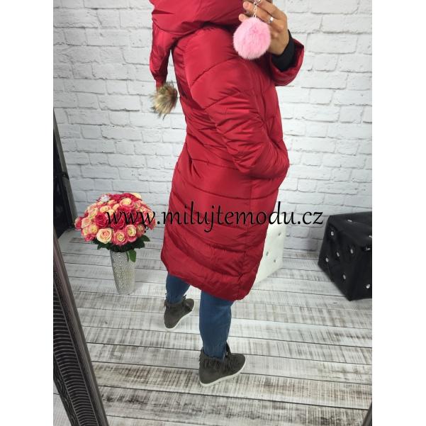 Červená dlouhá bunda s nápisem