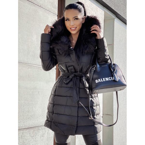 Černý kabát s černou kožešinou