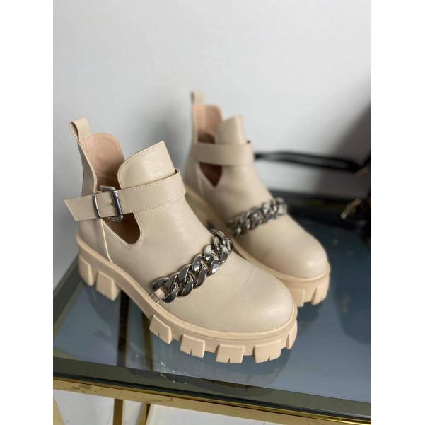 Béžové boty s řetízkem