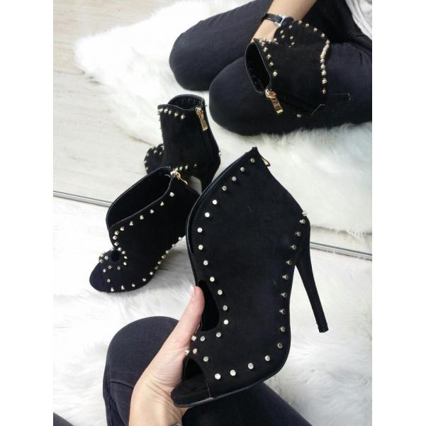 Krásné boty se cvoky černé