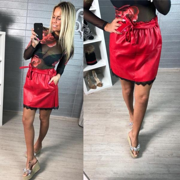 Červená kožená suknička s krajkou