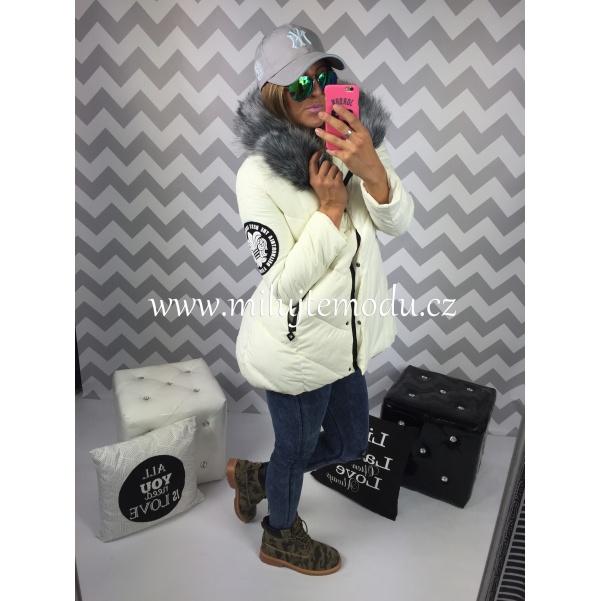 Krémová bunda s kožíškem a potiskem na zádech