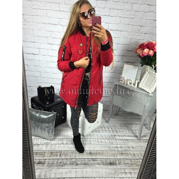 Červená stylová bunda s nášivkami