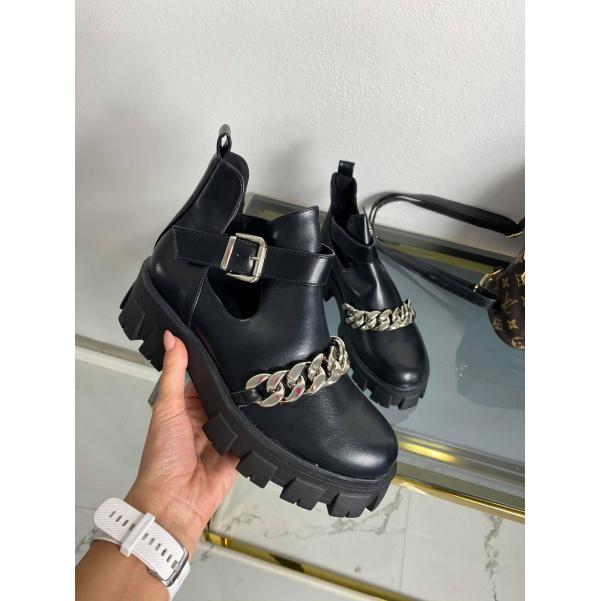 Černé boty s řetízkem