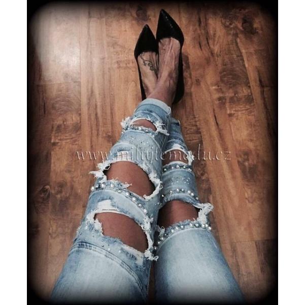 Děrované džíny s perličkama