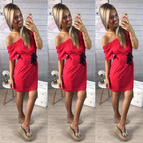 Červené šaty se šněrovačkou