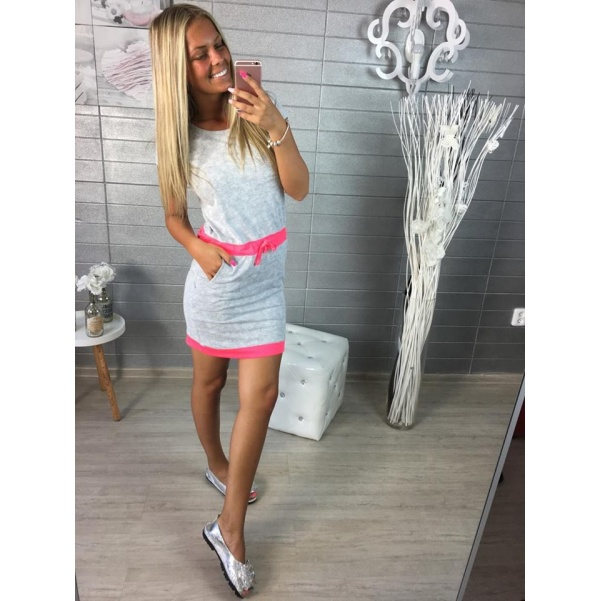 Šedé šaty s neon doplňky